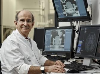 Pr. Alim Louis Benabid fait marcher  un tétraplégique