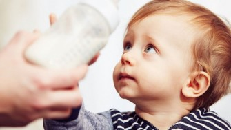 la santé de l'enfant entre lait maternel et lait industriel